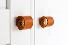 Classic leather pulls made of 2 mm thick vegetable tanned leather. The pulls will be a great addition to your furniture, giving your interiors new character.  Bolt and nut with washers are included. Bolt and nuts can be: solid brass or steel.  dimensions of the bolt: diameter: 4mm length: