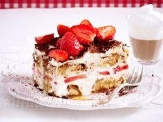No one will be able to resist this recipe for fruity strawberry tiramisu! # ideas # strawberry time Erdbeer-Tiramisu – so einfach geht's Tiramisu Fruits, Strawberry Tiramisu, Dessert Oreo, Bon Dessert, Tiramisu Dessert, Italian Cookie Recipes, Italian Desserts, Sweet Recipes, Cake Recipes