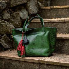 Bolsa Esmeralda Verde, textura anaconda, Dervish Bags. Conheça…