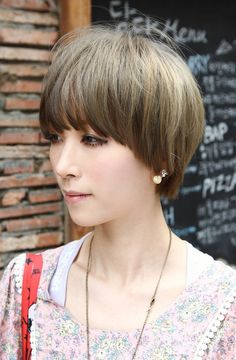 Beautiful Bowl-Cut with Retro Fringe – Short Japanese Hairstyle for Girls - Coiffure Sites Short Wedge Hairstyles, Short Haircuts With Bangs, Sleek Hairstyles, Short Hair Cuts, Short Hair Styles, Bowl Haircuts, Summer Hairstyles, 1960s Hairstyles, Toddler Hairstyles