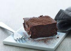 Chokoladekage - verdens bedste!  4 æg 260 g sukker 1 dl kogende vand 300 g mørk chokolade 85 % (jo bedre kvalitet jo bedre chokoladekage!) 200 g usaltet smør