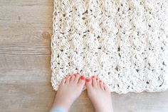 No more towel on the bathroom's floor! This Clothesline Bath Rug by Jessica Reeves Potasz is so great looking and it has an amazing texture! The pattern for this very attractive and modern bath mat is really simple and any crocheter comforable with  single crochet and double crochet stitches should be able to make this …
