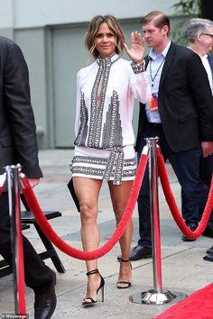 Halle Berry in Teresa Helbig attends Keanu Reeves handprint ceremony at the TCL Chinese Theater in Hollywood. Halle Berry Style, Halle Berry Hot, Halley Berry, Mom Outfits, Fashion Outfits, Women Lawyer, Good Looking Women, Vogue, Keanu Reeves