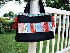 Girls in the Garden: Charm Pack Bag - Tutorial Could make a lovely little pouch if using a mini charm pack? Diy Handbag, Diy Purse, Crazy Patchwork, Patchwork Bags, Charm Pack Quilts, Quilted Tote Bags, Bag Patterns To Sew, Handbag Patterns, Craft Patterns
