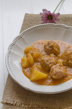 Guiso de patatas con albóndigas de pollo | Cocinando en un rincón del mundo