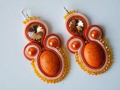 Orecchini colore Soutache arancione-salmone con pietra Howlite perle, rivoli Preciosa, cristalli e monachella in argento 925.