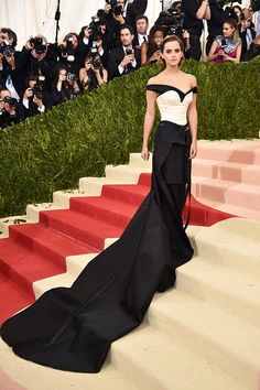Emma Watson in Calvin Klein recycled plastic ensemble - Met Gala 2016 Donatella Versace, Gianni Versace, Backstage, Calvin Klein, Hollywood Red Carpet, Hollywood Style, Fair Trade Clothing, Strapless Dress Formal, Formal Dresses