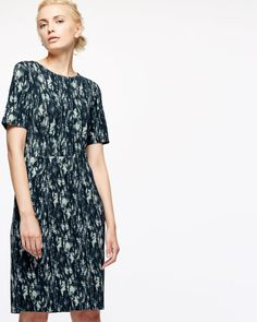 Made from stretch-viscose, this shift dress features a cyanograph floral print, inspired by the art of photography, which is a…