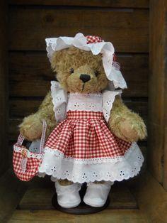 Ours Suzon,  c'est un ours de créateur, en pièce unique, ce mélange de tissu de coton vichy rouge et cette broderie anglaise blanche, mettent en valeur sa peluche synthétique couleur marron moyen, articulé 5 poins, et chaussée d'une paire de chaussure blanche précieuse,  cette demoiselle est prête pour sortir faire les boutiques !   http://www.lamaisondemathurine.com/ours-en-peluche-de-createur/les-ours-demoiselles-et-messieurs/