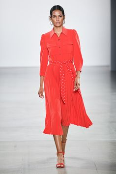 The complete Elie Tahari Spring 2020 Ready-to-Wear fashion show now on Vogue Runway. Elie Tahari, Fashion Week, Fashion 2020, Runway Fashion, Spring Fashion, Modest Outfits, Modest Fashion, Fashion Outfits, Unique Fashion