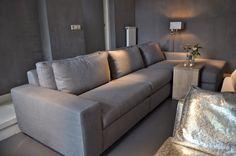Grijze bank met chaise longue bij interiors dmf in zeist | Fotografie STIJLIDEE Interieuradvies en Styling