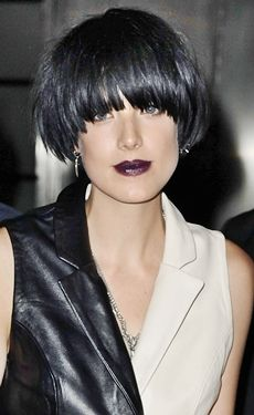 By now, you've no doubt seen the photos of Agyness Deyn's new raven-hued 'shroom-shaped hairstyle. But if you're still wondering what made the model-slash-rocker trade in her signature bleach-blond bob for a dark and drama Medium Bob Hairstyles, Hairstyles Haircuts, Cool Hairstyles, Bob Haircuts, Bowl Haircut Women, Medium Hair Styles, Short Hair Styles, Look 2018, Short Haircuts