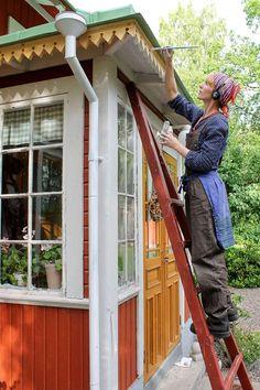 Erika Åberg målar farstukvistens snickarglädje