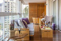 Sofá e mesa de centro de madeira, poltronas e futons da Futon Company, mesa…