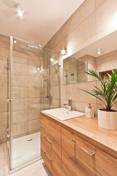 Łazienka, jasna łazienka, prysznic, kabina prysznicowa, meble drewniane. Zobacz…