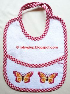 Bavaglino ricamato a punto croce con due farfalle - Cross-stitched bib with two butterflies