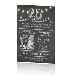 25 jaar getrouwd? Leuke enkele foto uitnodiging met krijtbord print op de ondergrond, hippe festival verlichting met glow en cijfer 25 en hartjes in een zilver look.