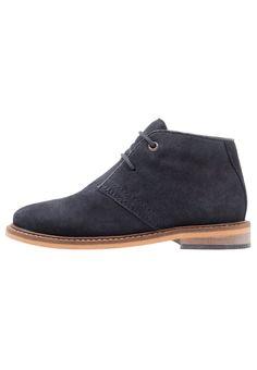¡Consigue este tipo de zapatos con cordones de Friboo ahora! Haz clic para ver los detalles. Envíos gratis a toda España. Friboo Zapatos con cordones navy: Friboo Zapatos con cordones navy Zapatos   | Material exterior: cuero velour, Material interior: combinación de piel/tela, Suela: fibra sintética, Plantilla: cuero | Zapatos ¡Haz tu pedido   y disfruta de gastos de enví-o gratuitos! (zapatos con cordones, vestir, acordonado, acordonados, cordón, blucher, oxford, traje, inglés, cas...