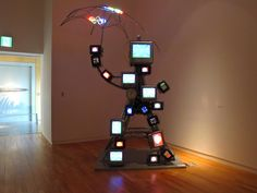 Nam June Paik «Hommage à Stanley Brouwn Nam June Paik, Fluxus, Electronic Art, Medium Art, Oeuvre D'art, Art Images, Les Oeuvres, Robot, Sculpture