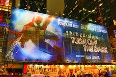Assista a um espetáculo emocionante e viva a história fascinante do Spider Man na Broadway como nunca experienciou!  Este musical é baseado no livro Marvel Comics e é dirigido pela vencedora do prémio Tony Julie Taymor, e é um espetáculo cheio de reviravoltas emocionantes que o deixará colado ao assento durante 3 horas. Spider