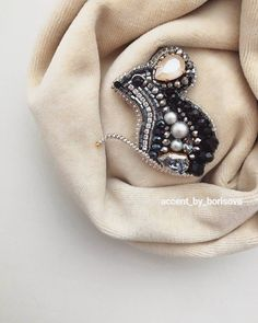 #Repost @broshkindom_spb ・・・ Продолжаю тему тюльпанов 🌷! Очень нежный тюльпан цвета пыльная роза, абсолютно свободен😍❤️👍! Для изготовления… Bead Embroidery Jewelry, Soutache Jewelry, Seed Bead Jewelry, Beaded Embroidery, Beaded Jewelry, Brooches Handmade, Handmade Jewelry, Diy Jewelry Inspiration, Beaded Brooch