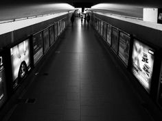Levitando. - #bnw #bnw_rose #blackandwhite #monochrome #mobilephoto #streetphoto #subway #subte #urbanandstreet #fotocallejera #hallazgosemanal #igersbsas #buenosaires #flaneur