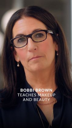 Learn how to be your own best makeup artist from beauty industry icon and cosmetics founder Bobbi Brown. Face Contouring Makeup, Flawless Face Makeup, Hair Makeup, Beauty Make-up, Beauty Hacks, Hair Beauty, Bobbi Brown Makeup Looks, Bobby Brown Makeup, Makeup Masterclass