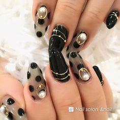 程よい透け感がキュートでいいですね。 黒ならではの妖艶な雰囲気を 醸し出せそうですね☆ 画像はアップで見せているので 黒々しく強調されてますが、 実物は小さな指先に、ですから! とっても素敵ですよ落ち着いた 深みのある色の服にぴったりです。シースルーネイル