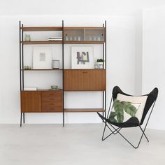 The perfect eyecatcher for lovers of retro design furniture! This vintage wall unit in dark brown teak can be freely arranged in the way you want, thanks to its many units. Repurposed Furniture, Vintage Furniture, Home Furniture, Furniture Design, Vintage Shelving, Teak, Vintage Room, Vintage Stil, Affordable Furniture