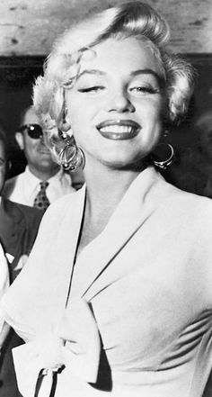 In New York to begin filming scenes for the Seven Year Itch, September 1954 Photographed by Arthur Fellig Baseball Star, Marilyn Monroe Art, Actor Studio, Gentlemen Prefer Blondes, Star Images, Popular Actresses, Columbia Pictures, Norma Jeane, Beautiful Pictures