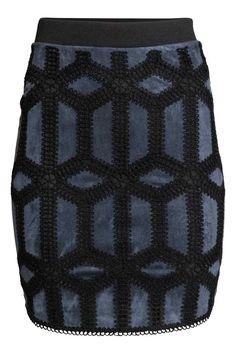 Haftowana spódnica: Krótka, dżersejowa spódnica z elastyczną talią. Z przodu warstwa imitacji zamszu z ażurowym haftem.