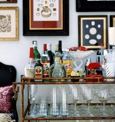 Art + Bar Cart = Perfection http://www.ladolcevitablog.com/ #interiordesign #barcart