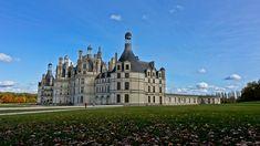 Château de Chambord - Localizado em Loir-et-Cher, na França. Foi construído durante 1519 e 1547. Durante a Segunda Guerra, serviu de abrigo para coleções de arte dos museus do Louvre e de Compiègne. Atualmente, a construção é uma das principais atrações turísticas da França, e é administrada pelo governo do país.