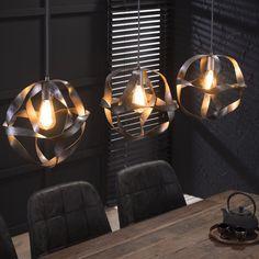 - Loftlampe i snoet metal med 3 skærme. Dining Table Chandelier, Wooden Chandelier, Dining Room Lighting, Table Lamp, Chaise Noir Design, Planet Lamp, Ceiling Lamp, Ceiling Lights, Pineapple Lamp
