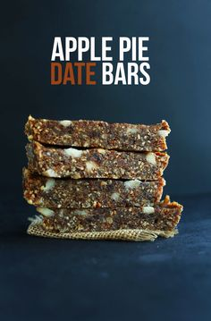 Delicious apple pie date bars - naturally sweetened and alarmly close to an apple Larabar #vegan #glutenfree