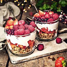 Granola mit frischen Früchten und Kokosjoghurt Happy Friday, Granola, Raspberry, Berries, Jar, Homemade, Fruit, Desserts, Food