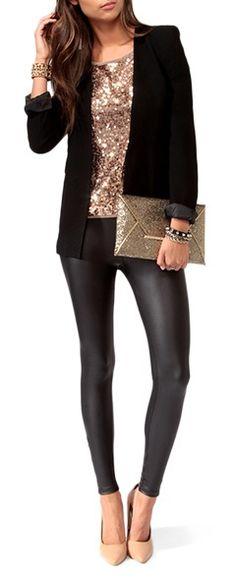 Este outfit es perfecto para las que amamos vestirnos con tights. Un par de zapatos de tacón, una blusa con lentejuelas larga y un saco negro. A no olvidarse un bolso tipo sobre, también con brillo.