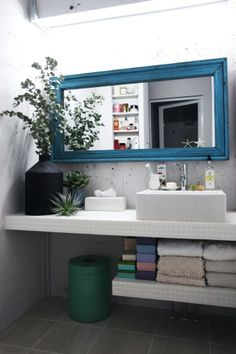 <p>コンクリート壁のラフな空間に白モザイクタイルで爽やかさをプラス。</p>