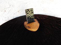 STOJÁNEK+NA+TELEFON+Stojánek+na+telefon,+z+akátového+dřeva.tzv.kořenice,očkové+dřevo.+Stojánek+má+drážku+na+mobilní+telefon,šíře+drážky+je+8,5cm+šíře+1,3cm+hloubka+2,5cm.Stojánek+vhodný+na+běžné+typy+smartphonů.+Povrchová+ůprava+polomatný+voděodolný+tvrdovosk+OSMO.+Rozměry+samotného+stojánku+13cm+x+14+cm+x+4,5cm