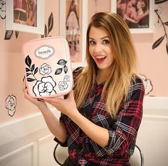 Enjoyphoenix et son kit de maquillage en collaboration avec Benefit France