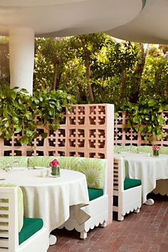 🌟Tante S!fr@ loves this📌🌟The Glam Pad: The Beverly Hills Hotel: Pink & Green Poolside Renovations Beverly Hills Hotel, The Beverly, Green Color Schemes, Green Colors, Dorchester Collection, Restaurants, Palm Springs, Decoration, Outdoor Spaces