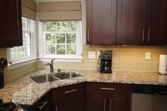 Glass-tile-backsplash-added-with-red-wood-kitchen-cabinet-and-santa-cecilia-granite-countertop-with-one-side-faucet-915x610.jpg 915×610 pixels