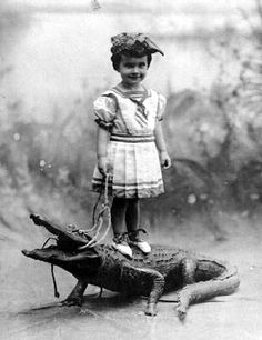 Some funny and weird black and white photos from the past. Even then people already knew how to make you wonder about the sense of a picture. Some funny and weird black and white photos fro Foto Poster, Retro Kids, History Photos, Photos Of The Week, Vintage Photographs, Funny Vintage Photos, Weird Vintage, Vintage Black, Old Pictures