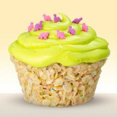 rice krispie treat cupcakes, what a great idea! Great idea for kids with peanut allergies who usually can't have cupcakes from cake mixes or the store! Just Desserts, Delicious Desserts, Dessert Recipes, Yummy Food, Think Food, I Love Food, Rice Krispie Treats, Rice Krispies, Cereal Treats