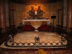 4. Basilica de Getsemani: En el centro del templo se conserva la llamada «roca de la agonía», donde la tradición venera el lugar en que Jesús rezó aquella noche, postrado rostro en tierra, oró y suplicó, con fuerte clamor y con lágrimas al Padre, y la que se empapó con las gotas de sangre y sudor que le caían de su frente., La roca está cercada por una corona de espinas de bronce con cálices, golondrinas y palomas de alas abatidas.jpg