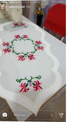 Crochet Butterfly, Painted Clothes, Crochet Motif, Table Runners, Embroidery Patterns, Diy And Crafts, Cross Stitch, Table Decorations, Sewing
