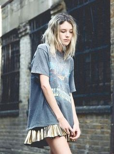 Apparently I am not hip and up on the newest fashions...  cause she just looks like a homeless heroin addict with dirty hair and an old t-shirt to me.