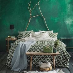 Rich green bedroom with gorgeous wall and patterned bedding - boho design Interior Design, Green Green Rooms, Bedroom Green, Home Bedroom, Bedroom Decor, Green Walls, Bedroom Ideas, Bedroom Curtains, Bedroom Inspiration, Wall Decor