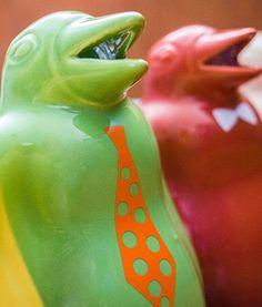Llegaron las jarras pinguino super coloridas! Porque todo vuelve y a veces con mucha onda! Estas jarras pinguino nos recuerdan a otra época y son sinónimo de vino de mesa.  Medio litro de capacidad y un estilo vintage para tu mesa!  Ahora vienen también llenos de color, elegí entre verde, celeste, marrón, crema o amarillo y también podés elegir tu pinguino con corbata o moño. Volvieron para quedarse, no te parece?