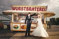 Eine bewegende Hochzeit in Köln mit Wurstbraterei im Vintage im Rheinauhafen bei Sonnenschein und bester Laune